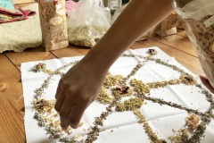 Příprava bylinných pytlíčků a olejové kompozice